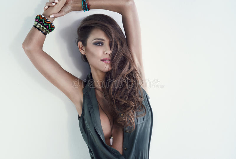 Femme attirante de brune regardant loin photos stock