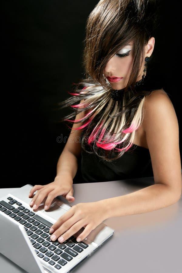 Femme attirante de mode de brunette avec l'ordinateur portatif image stock