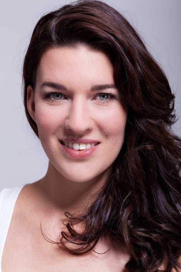 Femme attirante de sourire avec un beau sourire photo stock