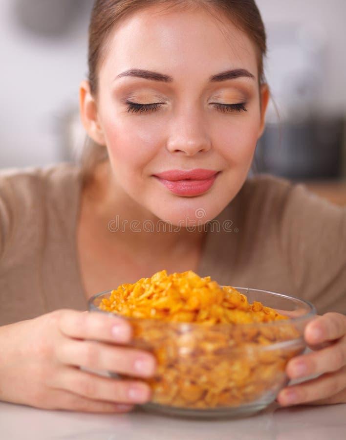 Download Femme Attirante De Sourire Prenant Le Petit Déjeuner Dans L'intérieur De Cuisine Photo stock - Image du européen, cuvette: 87701060