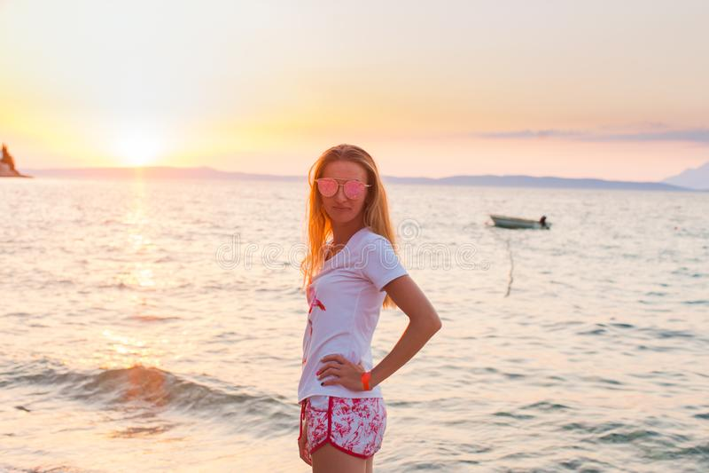 Femme attirante devant la mer photos stock