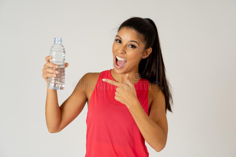 Femme attirante en bonne santé de sport tenant la bouteille d'eau dans le concept sain de mode de vie photos libres de droits