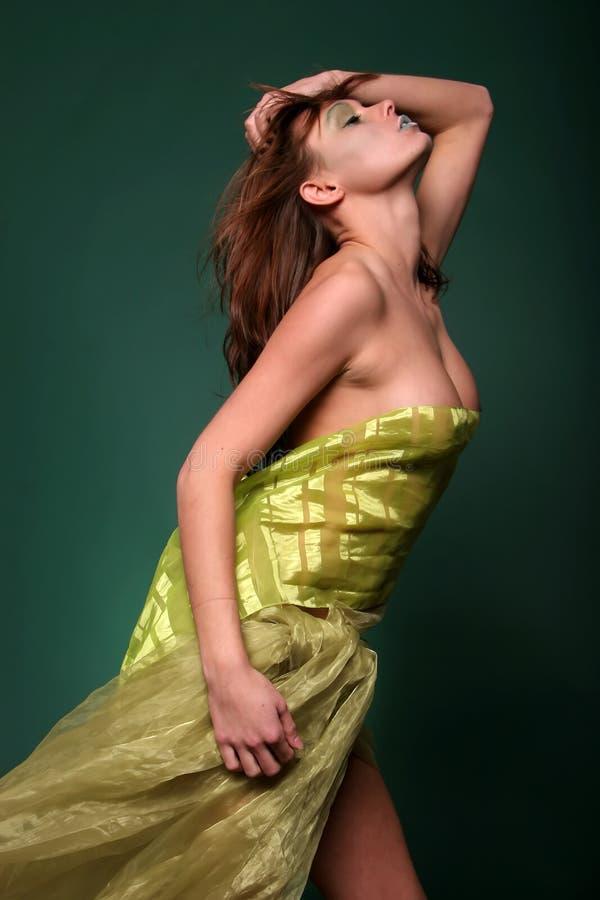 Femme attirante en soie photo stock