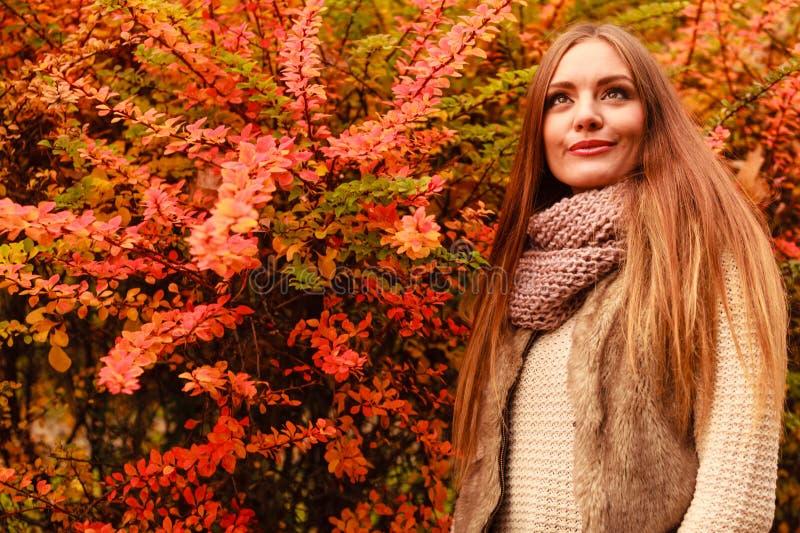 Download Femme Attirante En Stationnement Image stock - Image du automne, stationnement: 77162271