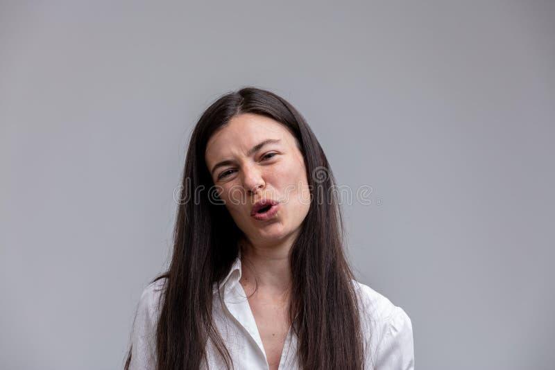Femme attirante méprisante parlant à l'appareil-photo photo stock