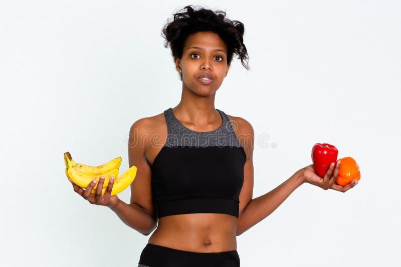 Femme attirante noire de forme physique, corps féminin qualifié, images courantes de beaux Leggins folâtres de femme photos stock