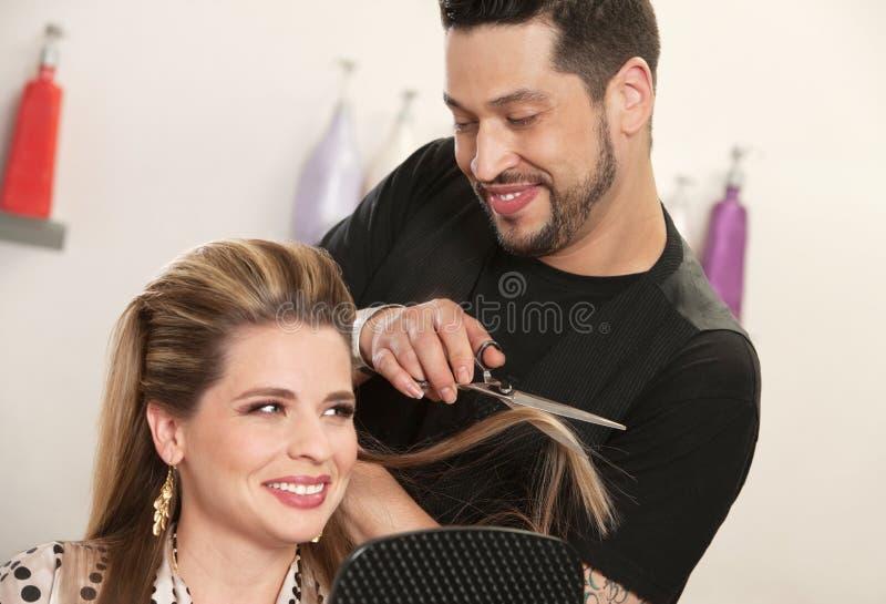 Femme attirante obtenant la coupe de cheveux photographie stock libre de droits