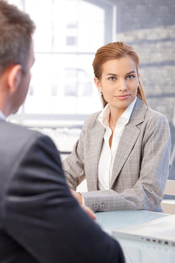Femme attirante pendant l'entrevue d'emploi image stock