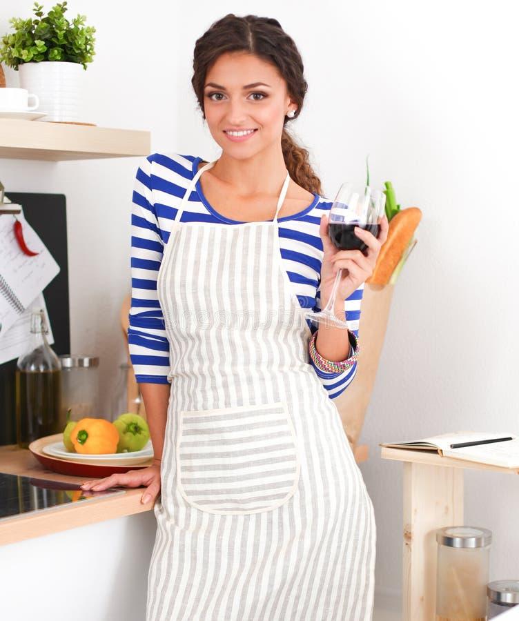 Download Femme Attirante Préparant La Nourriture Dans La Cuisine Image stock - Image du préparez, tomates: 87700841