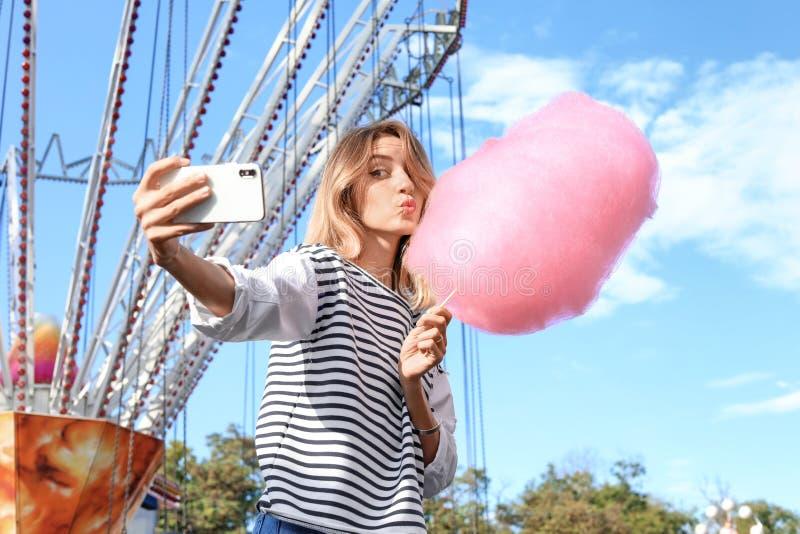Femme attirante prenant le selfie avec la sucrerie de coton photo libre de droits