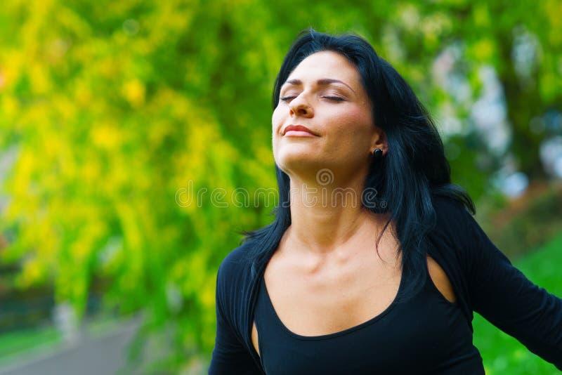 Femme attirante respirant dehors photo libre de droits