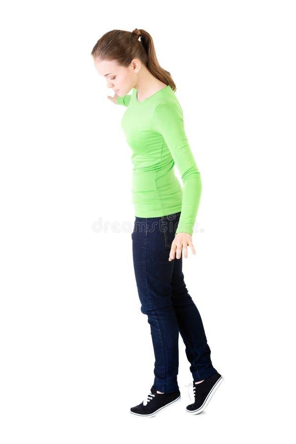 Femme attirante se tenant et regardant vers le bas, l'espace émouvant de copie. photos libres de droits