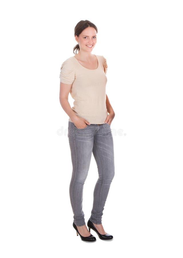 Femme attirante se tenant sur le fond blanc photo libre de droits