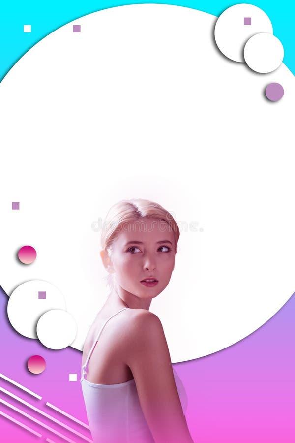 Femme attirante songeuse rêvassant sur le fond coloré photo stock