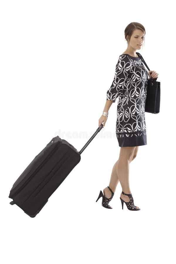 Femme attirante voyageant avec de grands bagages images libres de droits