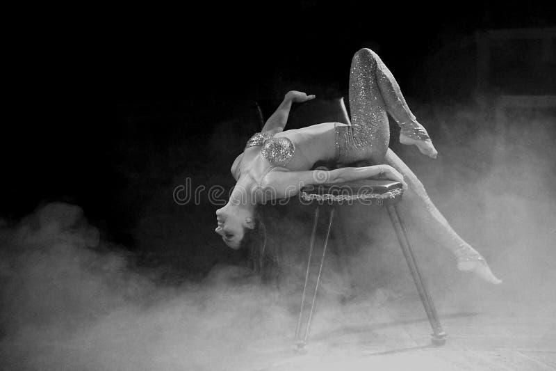 Femme au cirque image stock