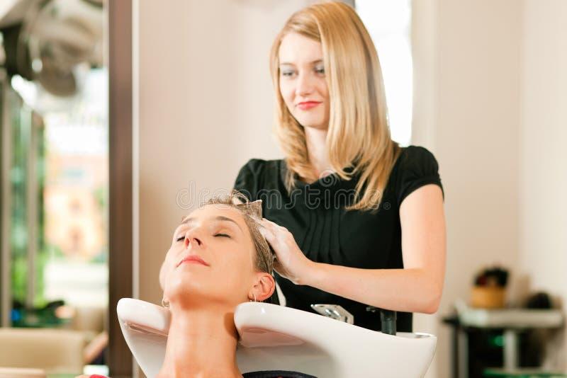 Femme au coiffeur photo libre de droits