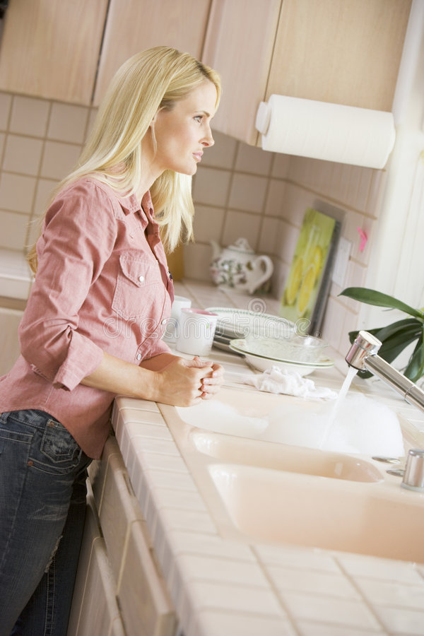 Femme au compteur de cuisine photo libre de droits