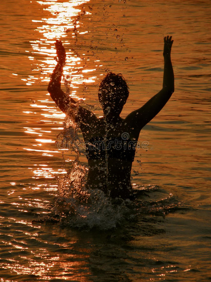 Femme au coucher du soleil en mer images libres de droits