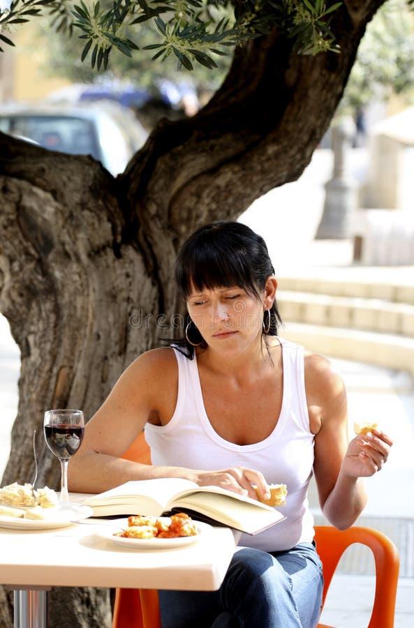 Femme au déjeuner photographie stock