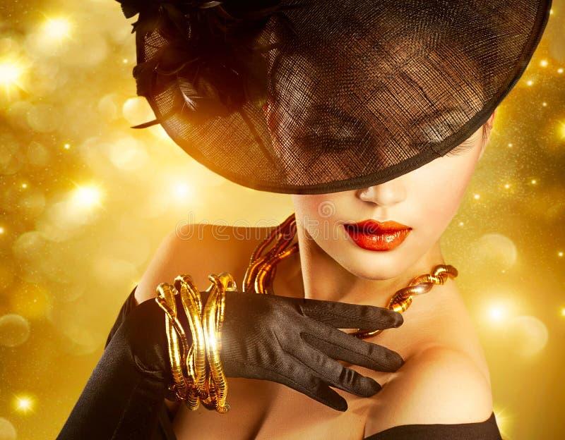 Femme au-dessus de fond d'or photo stock