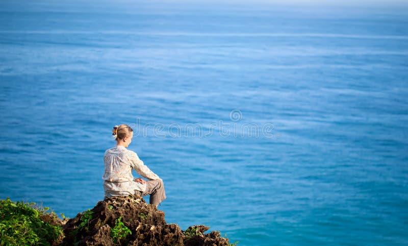 Femme au-dessus de la mer photo stock