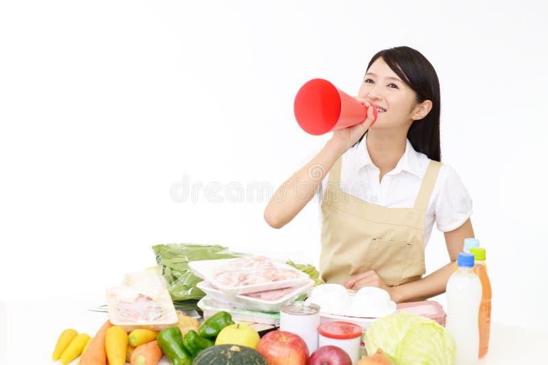 Femme au foyer asiatique de sourire image stock