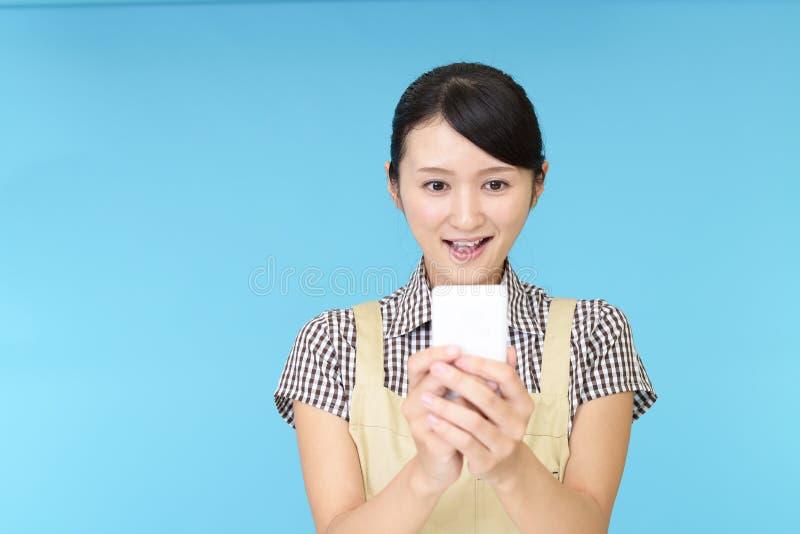 Femme au foyer asiatique de sourire photos stock