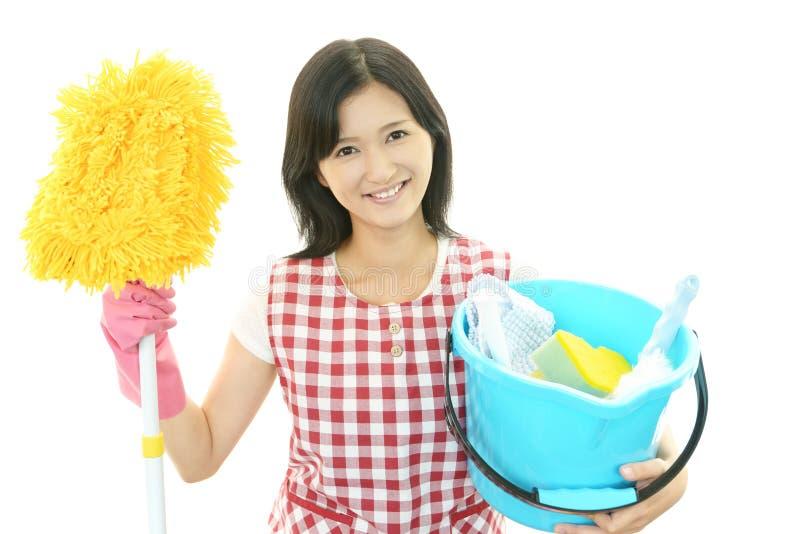 Femme au foyer asiatique de sourire photographie stock libre de droits