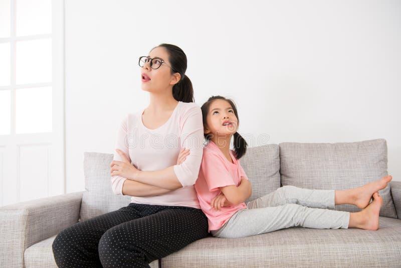 Femme au foyer avec la petite fille mignonne faisant la rêverie photo stock
