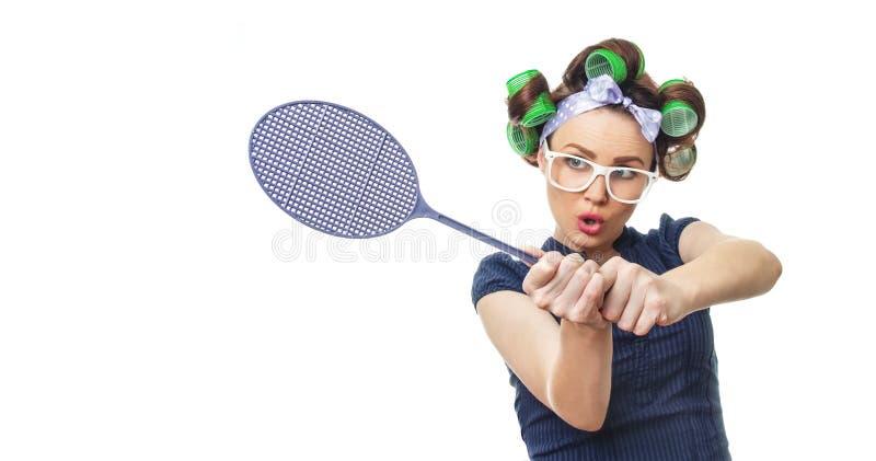 Femme au foyer avec la tapette de mouche photos libres de droits