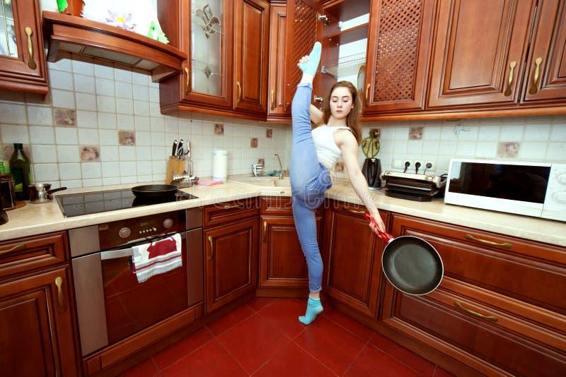 Femme au foyer avec une poêle image stock