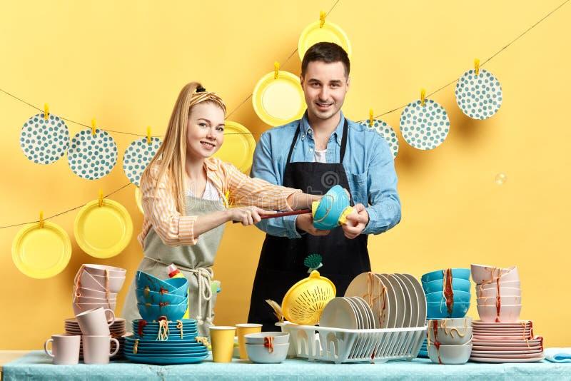 Femme au foyer blonde et son mari participant au concours photo stock