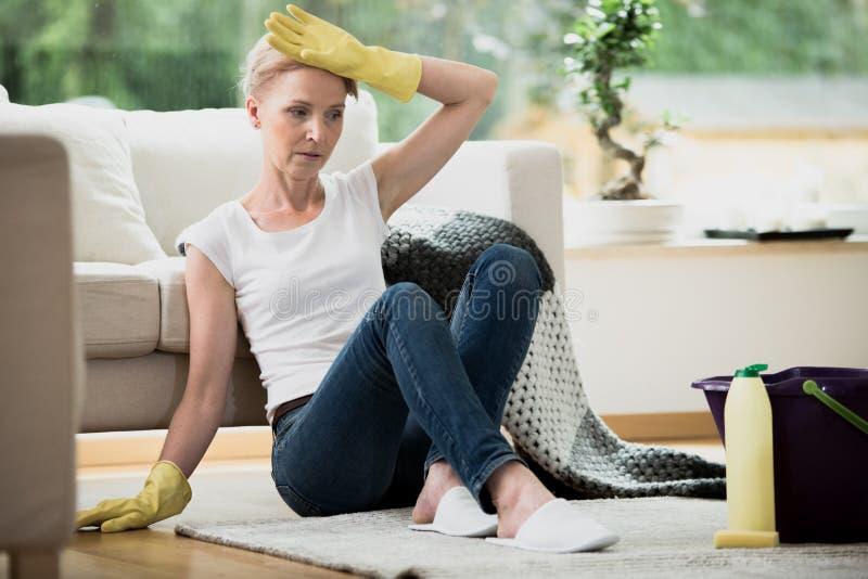 Femme au foyer désespérée fatiguée du nettoyage photo libre de droits