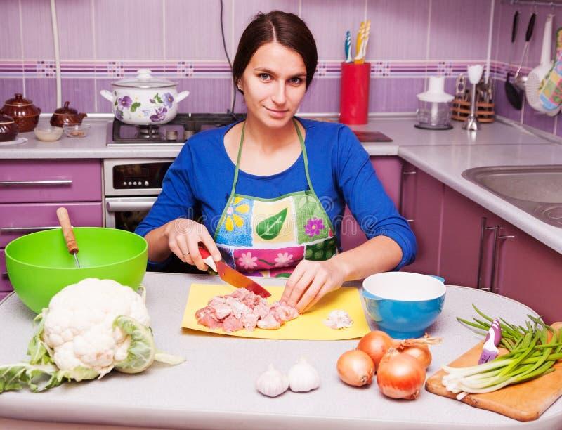 Femme au foyer dans la cuisine photos libres de droits