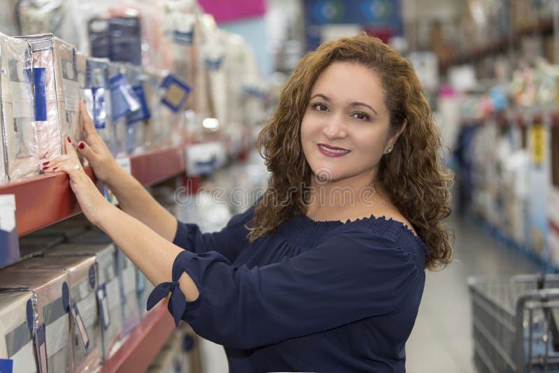 Femme au foyer dans le supermarché photo libre de droits
