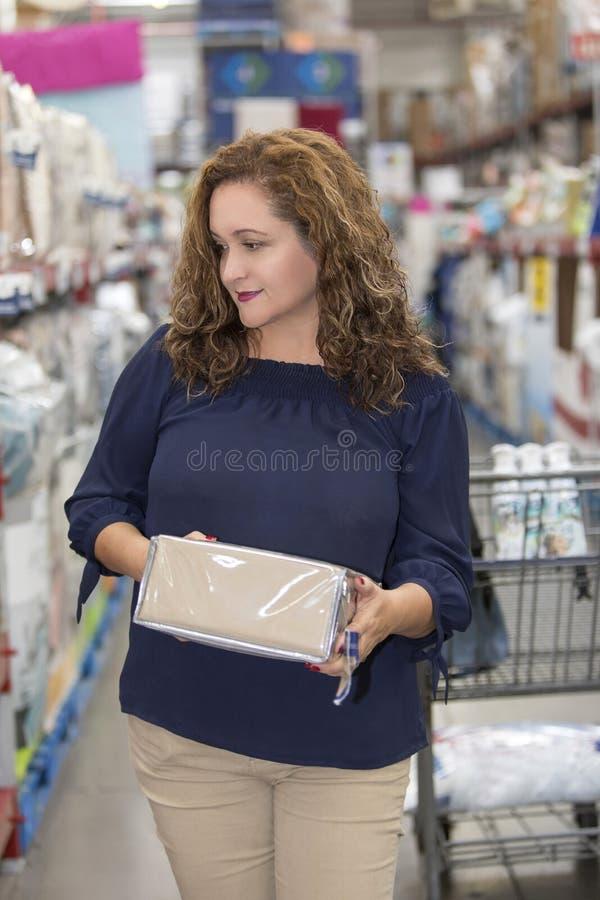 Femme au foyer dans le supermarché photographie stock libre de droits