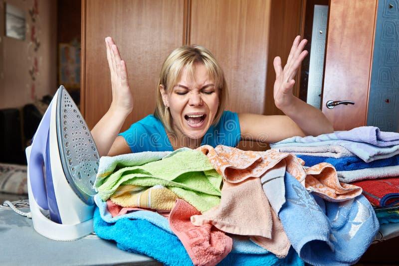 Femme au foyer fâchée et fatiguée de femme de planche à repasser image stock