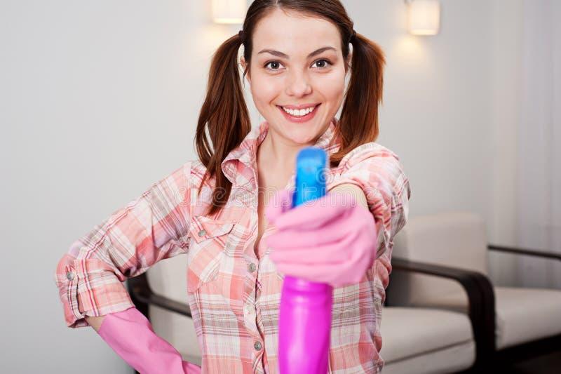 Femme au foyer faisant les travaux du ménage images libres de droits