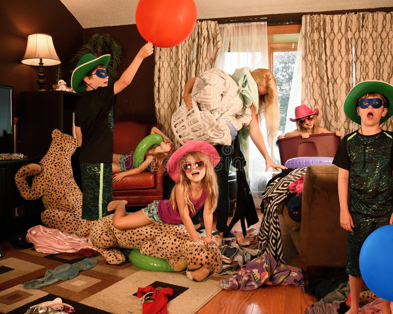 Femme au foyer fatiguée Cleanning House avec des enfants images stock