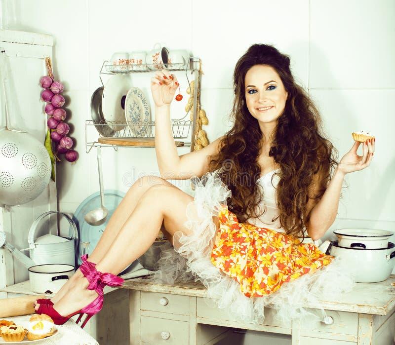 Femme au foyer folle de vraie femme sur la cuisine, mangeant perfoming, fille de bizare photographie stock libre de droits