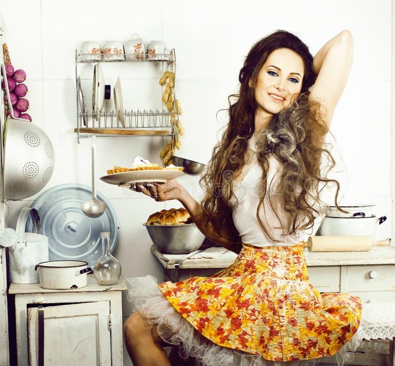 Femme au foyer folle de vraie femme sur la cuisine, mangeant perfoming, fille de bizare photo libre de droits