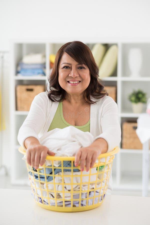 Femme au foyer gaie photos stock