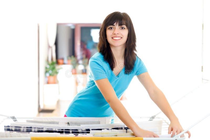 Femme au foyer heureuse avec la blanchisserie image libre de droits