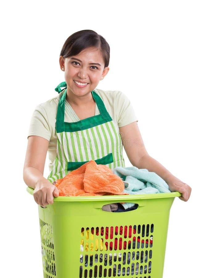 Femme au foyer heureuse avec son panier de blanchisserie image libre de droits