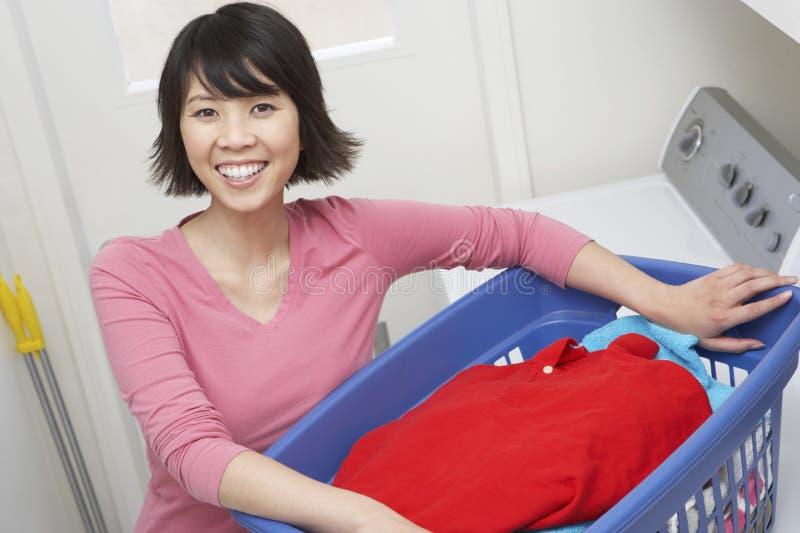 Femme au foyer Holding un panier de blanchisserie image libre de droits
