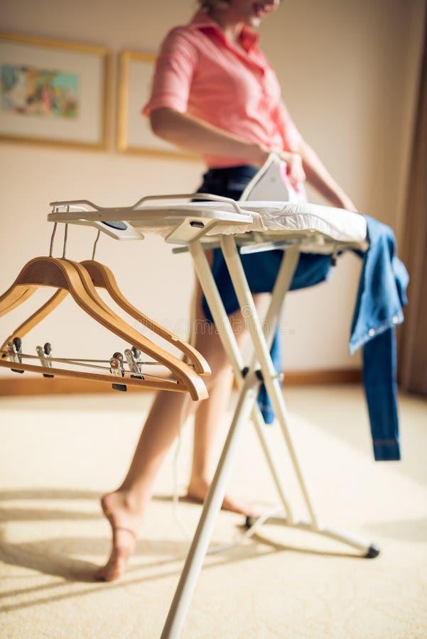 Femme au foyer Ironing image stock