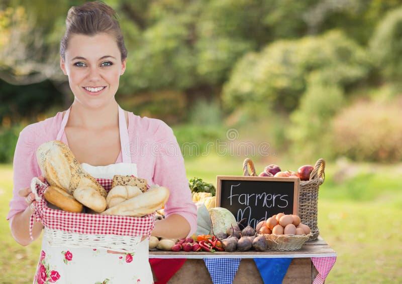 Femme au foyer montrant le panier de pain photo libre de droits