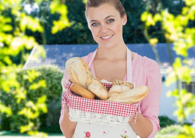 Femme au foyer montrant le panier de pain image libre de droits