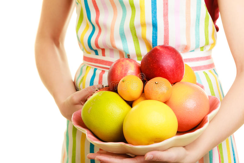 Femme au foyer ou vendeur offrant les fruits sains d'isolement image stock